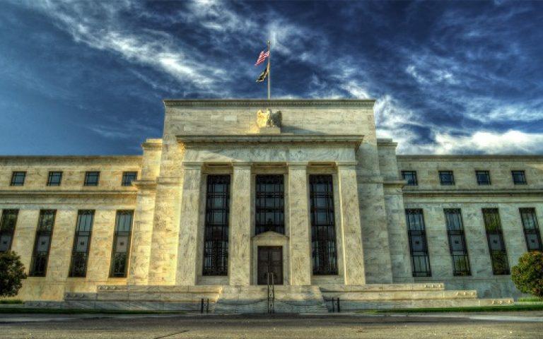 بنك الاحتياطي الفيدرالي يحافظ على تحفيز السياسة العدوانية وسط بيانات لينة