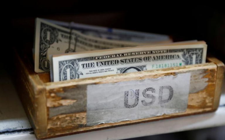 الدولار يظل منخفضا بعدما أبقى المركزي الأمريكي على توقعاته