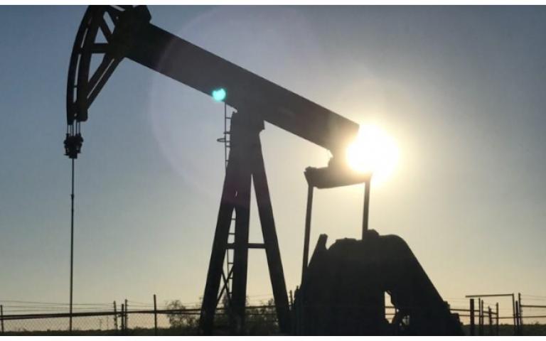 النفط يرتفع رغم توقعات تشير إلى وفرة الإمدادات في 2018