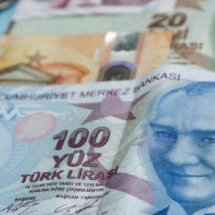 الليرة التركية تواصل الانخفاض مقابل الدولار وتمحو مكاسب رفع الفائدة