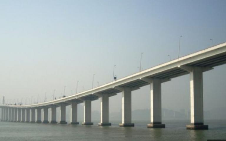 الصين تفتتح أطول جسر بحري في العالم