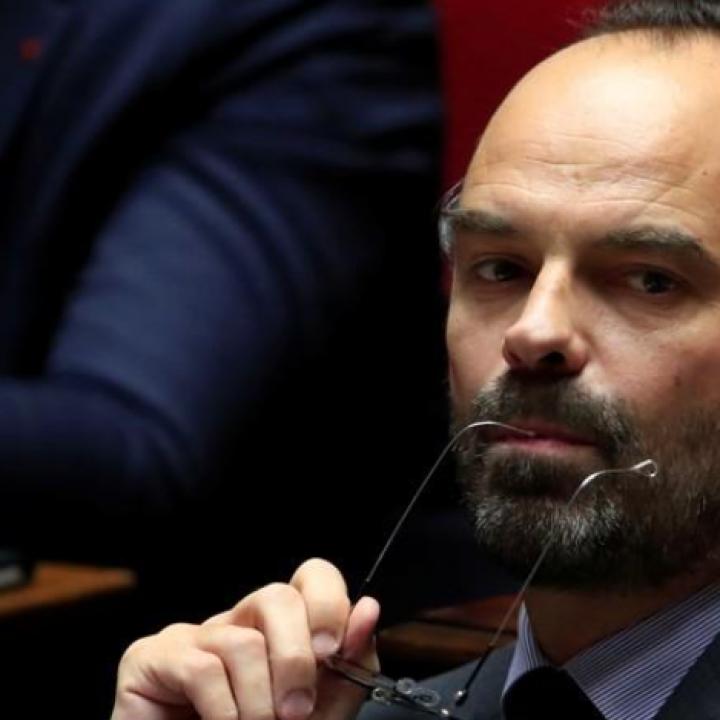 رئيس الوزراء: الحكومة الفرنسية تتخلى عن ضريبة الوقود