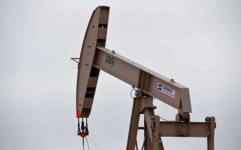 تباين أسعار النفط وسط آمال بتعافي الطلب على الوقود مع تخفيف إجراءات عزل